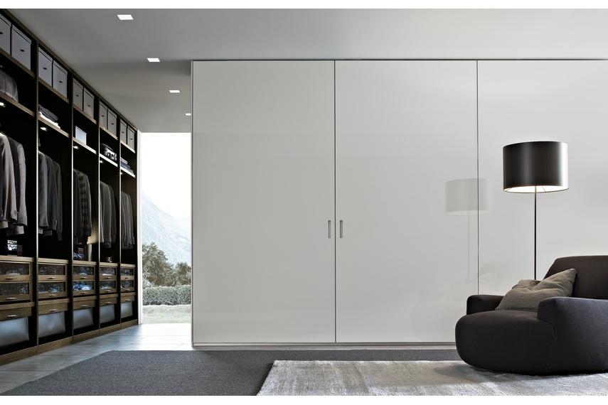 Poliform Ocean wardrobe with coplanar sliding doors in white glossy glass
